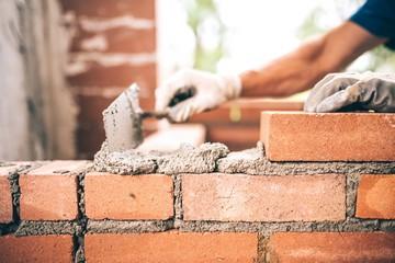 Construction d'un mur de briques